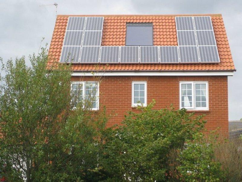 Фотоэлектрические модули на крыше дома