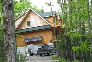 солнечные батареи на деревянном доме