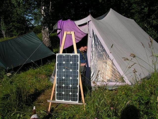 Солнечная батарея около палатки